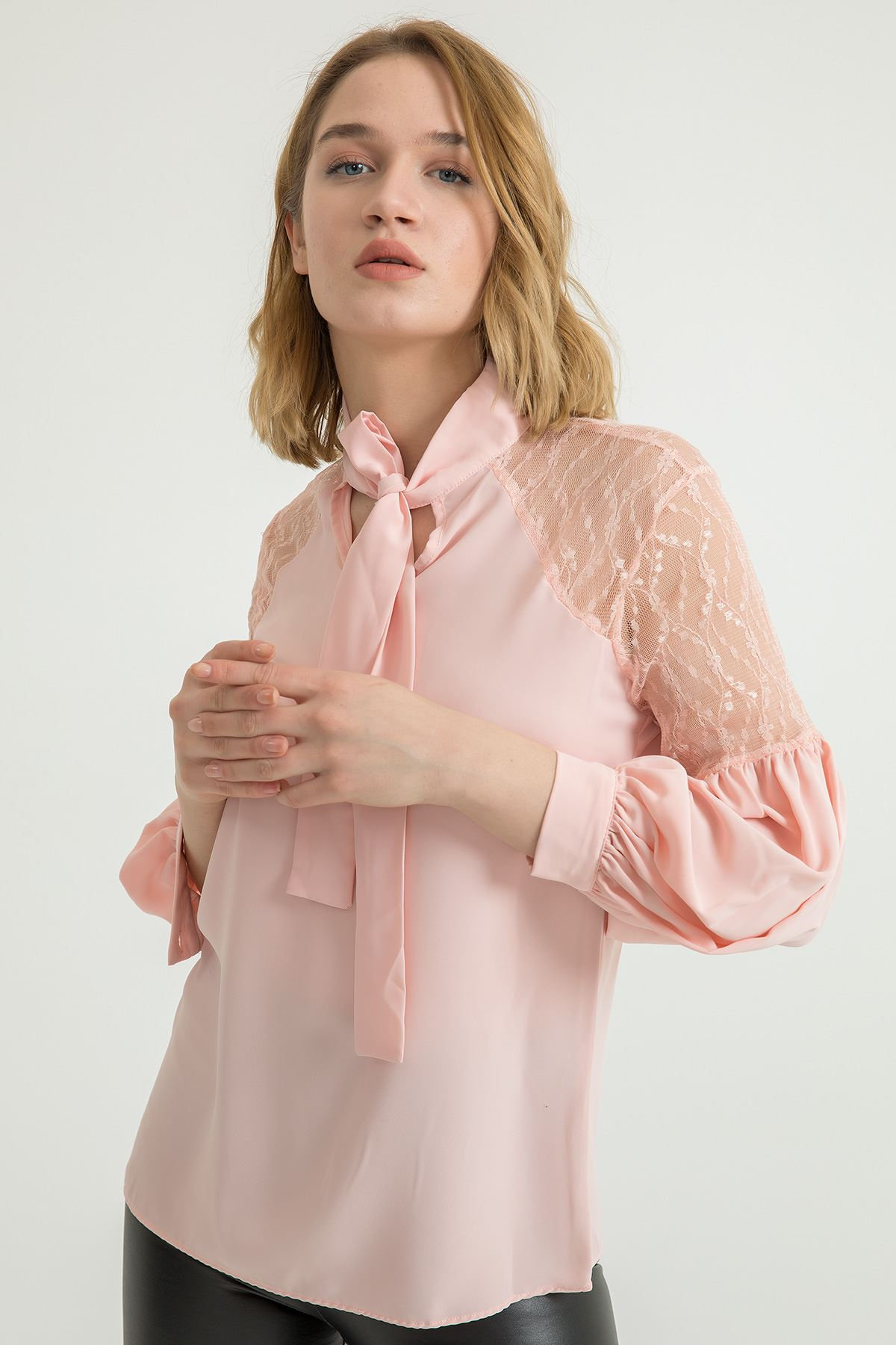 Omuzu Dantel Detay Bluz-Pudra